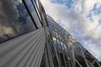 見上げる東京モード学園コクーンタワー 10743000390| 写真素材・ストックフォト・画像・イラスト素材|アマナイメージズ