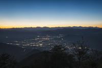 杓子山より望む富士吉田市街と南アルプス 10743000398| 写真素材・ストックフォト・画像・イラスト素材|アマナイメージズ