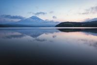 山中湖より望むマジックアワーの富士山 10743000409| 写真素材・ストックフォト・画像・イラスト素材|アマナイメージズ
