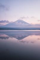 山中湖より望むマジックアワーの富士山 10743000410| 写真素材・ストックフォト・画像・イラスト素材|アマナイメージズ