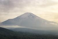 三国峠より望む夕方の富士山 10743000411| 写真素材・ストックフォト・画像・イラスト素材|アマナイメージズ