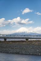 富士川の鉄道橋を走行する新幹線と富士山 10743000412| 写真素材・ストックフォト・画像・イラスト素材|アマナイメージズ