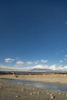 富士川の鉄道橋を走行する新幹線と富士山 10743000413| 写真素材・ストックフォト・画像・イラスト素材|アマナイメージズ