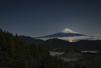 清水吉原より望む雲海越しの満月に照らされた富士山 10743000415| 写真素材・ストックフォト・画像・イラスト素材|アマナイメージズ