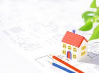 粘土の家と図面と色鉛筆 10757000617| 写真素材・ストックフォト・画像・イラスト素材|アマナイメージズ