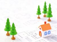 粘土の家と図面と色鉛筆 10757000653| 写真素材・ストックフォト・画像・イラスト素材|アマナイメージズ