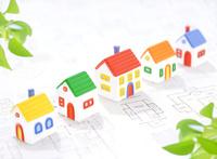 粘土の家と図面 10757000657| 写真素材・ストックフォト・画像・イラスト素材|アマナイメージズ