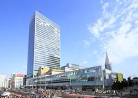 JR新宿駅南口の駅前風景 10763000802| 写真素材・ストックフォト・画像・イラスト素材|アマナイメージズ