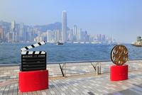 九龍・尖沙咀のアベニュー・オブ・スターズと香港島のビル群 10769003114| 写真素材・ストックフォト・画像・イラスト素材|アマナイメージズ