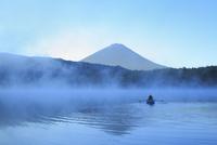夜明けの富士山と西湖にボート 10769004482| 写真素材・ストックフォト・画像・イラスト素材|アマナイメージズ