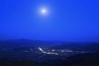高清水山から望む遠野の里の夜景に月