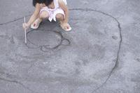 砂の上に絵を描く女の子 10770000004  写真素材・ストックフォト・画像・イラスト素材 アマナイメージズ