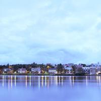 アイスランドのレイキャヴィークの街中チョルトニン湖で対岸から望んだ家々と湖に写る影