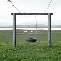 アイスランドの北部の村サウザクロカールの農場にある木とタイヤで作られたブランコ