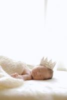 クラウンをかぶって眠る赤ちゃん