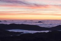 プレケストーレンから見た夕焼けと雲海2 10770000069| 写真素材・ストックフォト・画像・イラスト素材|アマナイメージズ