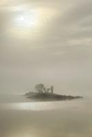湖と朝もや 10770000071| 写真素材・ストックフォト・画像・イラスト素材|アマナイメージズ
