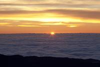 雲海に沈む太陽 10770000077| 写真素材・ストックフォト・画像・イラスト素材|アマナイメージズ
