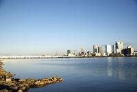 電車の鉄橋と梅田のビル群が見える淀川