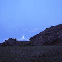 アイスランドのハイランドの地熱地帯クヴェラヴェトリルの溶岩からのぞく月と蒼い宵の空