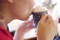 飲み物を飲む女性 10770000165  写真素材・ストックフォト・画像・イラスト素材 アマナイメージズ
