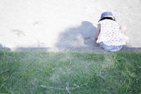 公園の砂場であそぶ女の子の後ろ姿