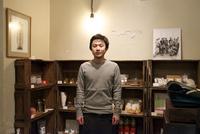 カフェに併設しているショップで佇む男性スタッフ