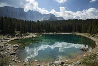 カレッツァ湖から望むラテマール山1 10770000217| 写真素材・ストックフォト・画像・イラスト素材|アマナイメージズ