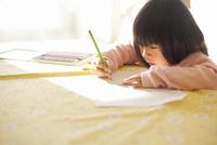 リビングルームのテーブルでお絵描きをする女の子