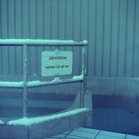 アイスランドの温水プールのプールサイドにあるホットポットと呼ばれる屋外風呂の柵
