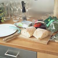 イギリスのキッチンでチャバタ,トマト,グリーンリーフなどのサンドイッチを作る準備