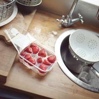 イギリスのキッチンで洗っている最中のイチゴ