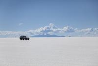 ウユニ塩湖を走る車