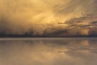 ウユニ塩湖の夕暮れ1 10770000313| 写真素材・ストックフォト・画像・イラスト素材|アマナイメージズ