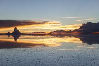 ウユニ塩湖の夕暮れ2 10770000314| 写真素材・ストックフォト・画像・イラスト素材|アマナイメージズ