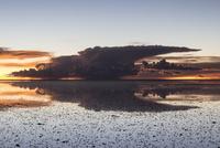 ウユニ塩湖の夕暮れ3 10770000315| 写真素材・ストックフォト・画像・イラスト素材|アマナイメージズ