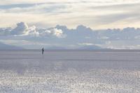 ウユニ塩湖にたたずむ人 10770000319| 写真素材・ストックフォト・画像・イラスト素材|アマナイメージズ