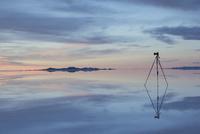 ウユニ塩湖に立てた三脚とカメラ