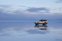 ウユニ塩湖に浮かんでいるように見える車