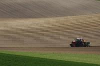 トラクターと丘 10770000355| 写真素材・ストックフォト・画像・イラスト素材|アマナイメージズ