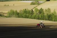 丘とトラクター 10770000357| 写真素材・ストックフォト・画像・イラスト素材|アマナイメージズ