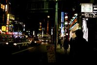 夜の六本木に映える東京タワー