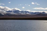 トゥームストーン準州立公園にある湖越しに見える雪山 10770000459| 写真素材・ストックフォト・画像・イラスト素材|アマナイメージズ
