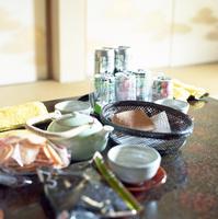 座卓の上のおつまみとお茶のセット