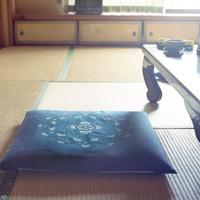 畳の部屋の座布団と座卓