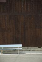 民家の塀とベンチ