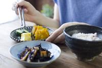 和食を食べる人