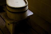 浴室の桶と椅子