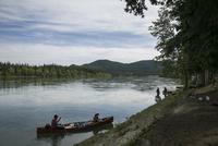 ユーコン川でカヤックをする人たち
