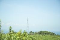 島から見る鉄塔と海